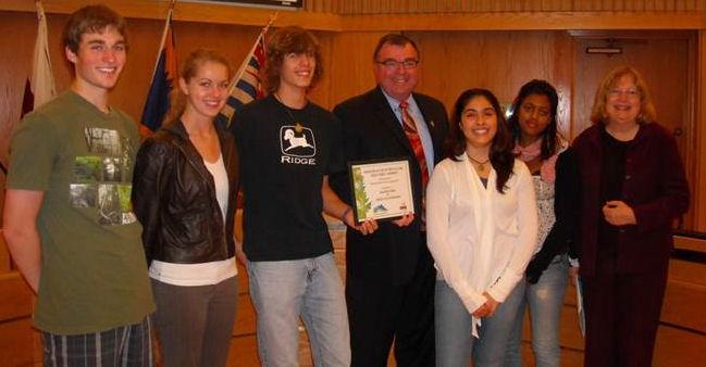 MRSS EnviRAMental Students receiving award from Mayor Ernie Daykin & Julie Koehn 2009